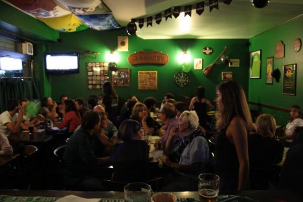Intorno al tavolo di un Pub