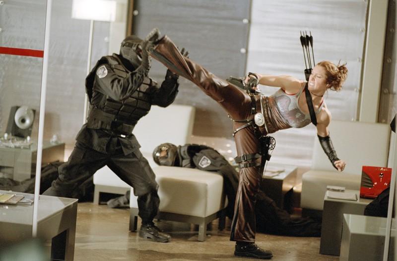 Jessica Biel in una  scena di combattimento
